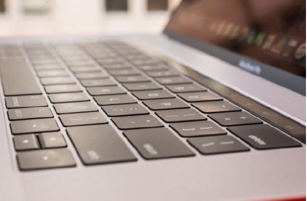 """Apple gặp nhiều rắc rối trên bàn phím """"lẫy bướm"""""""